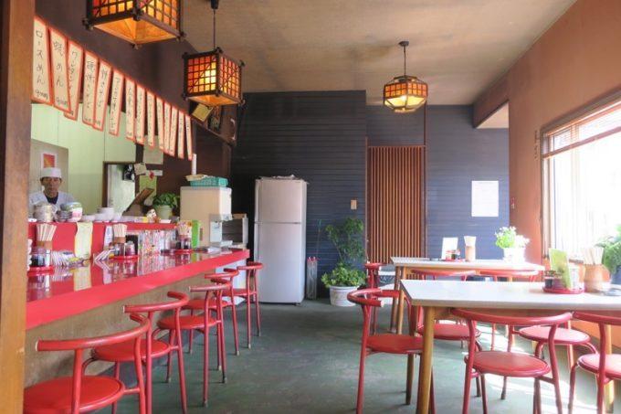 幸山の店内。カウンター席、テーブル席、小上がりがある。