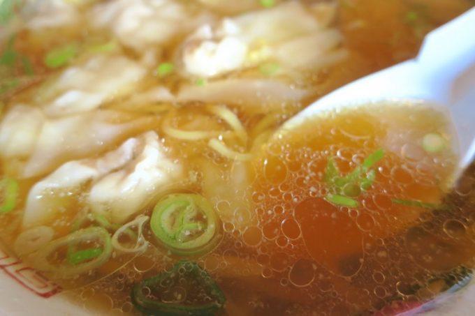 あっさり系のスープは生姜とほんのり甘さを感じる。ウマい。