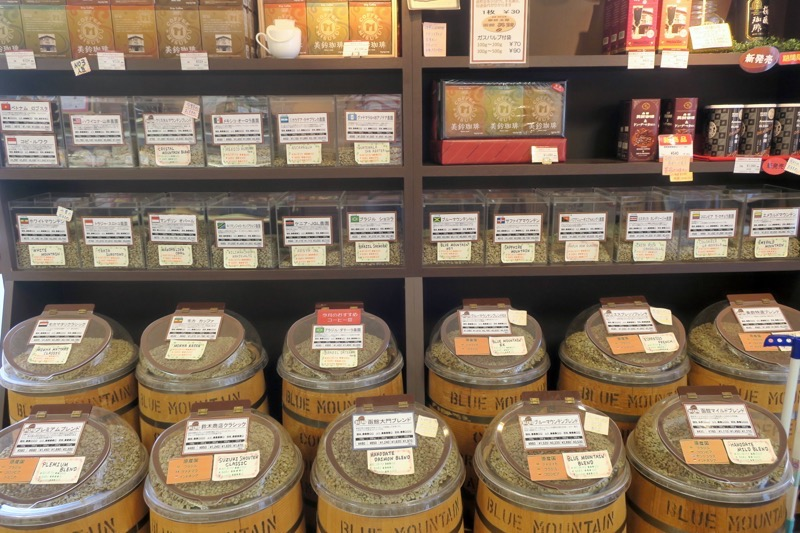 大門店の入り口には、コーヒー豆が販売されている。