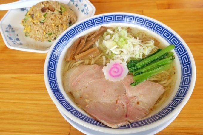 「サバ6製麺所Plus 読谷店」のサバ塩そば 半焼き飯セット(950円)