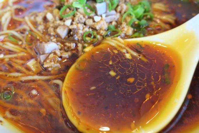 スープ表面に浮く油膜。それほど辛くなく、あっさり。
