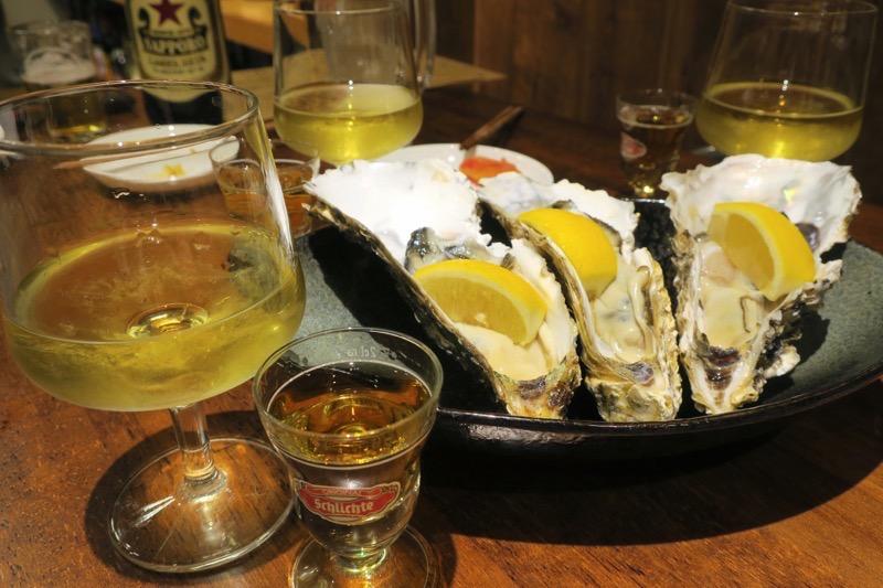 生牡蠣堪能セット(1000円)は、生牡蠣1個とグラスの白ワイン、ウイスキー(ラフロイグ10年)がついてくる。