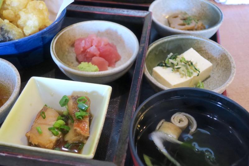 姫膳の刺身、煮物、小鉢など。
