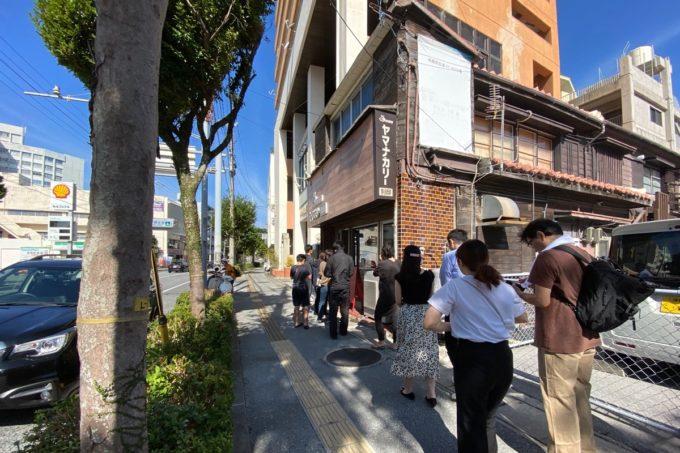 那覇・泊「ヤマナカリー別邸」の外に並ぶ入店待ちのお客さんたち(2020年1月、土曜日の11時すぎ)