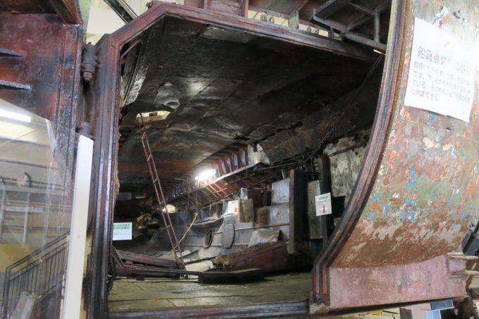 工作船のお尻部分の扉が開放され、内部が確認できる。