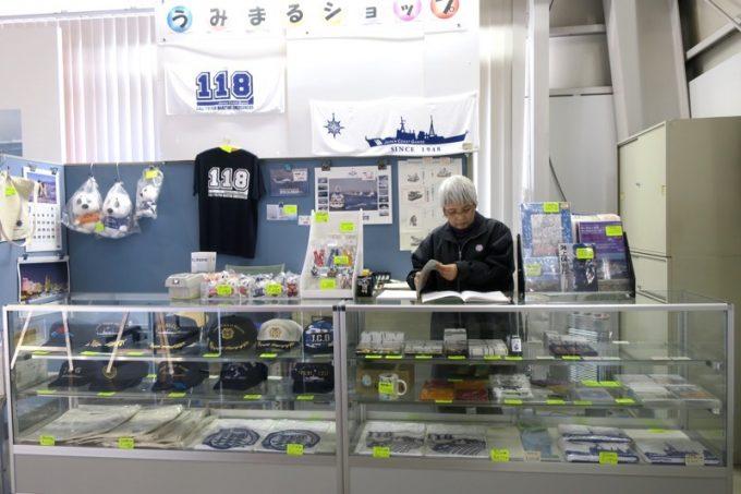 海上保安庁の資料館「工作船資料館」のお土産販売コーナー。