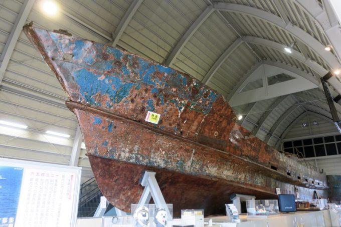 「工作船資料館」に展示された工作船。デカい。