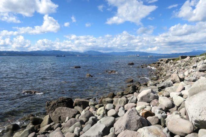 「穴間海岸(穴澗海岸)」はゴロゴロとした岩場の海岸だ(函館市街方面の様子)。