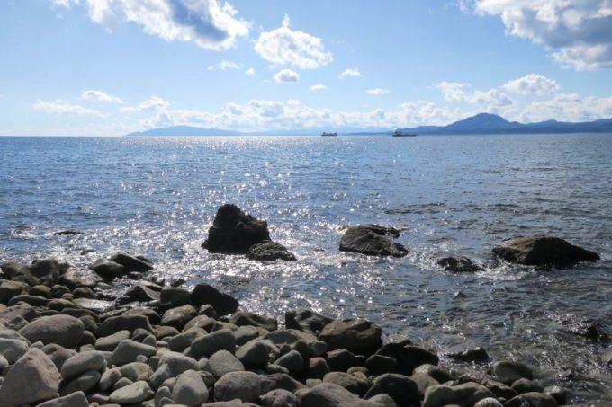 「穴間海岸(穴澗海岸)」はゴロゴロとした岩場の海岸だ(津軽海峡方面の様子)。