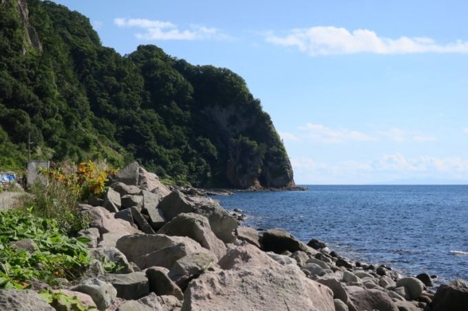 海岸線から、遠巻きに穴澗洞窟を眺める。