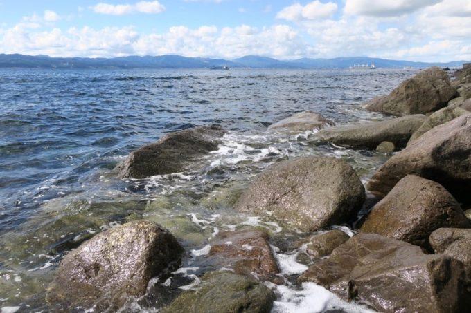 「穴間海岸(穴澗海岸)」は入舟町前浜海水浴場として短い夏の期間だけ泳ぐことができる。