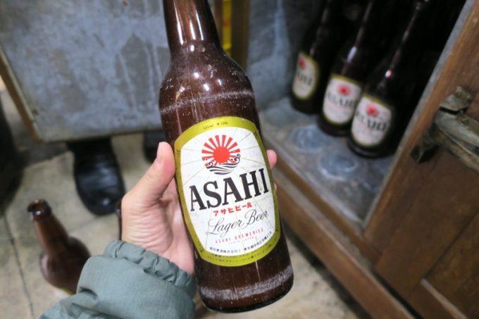 店内のビールサーバー下には、昔の瓶ビールが入れられていた。