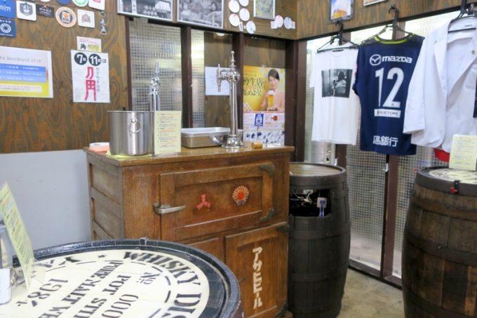 広島「ビールスタンド重富」の店内。