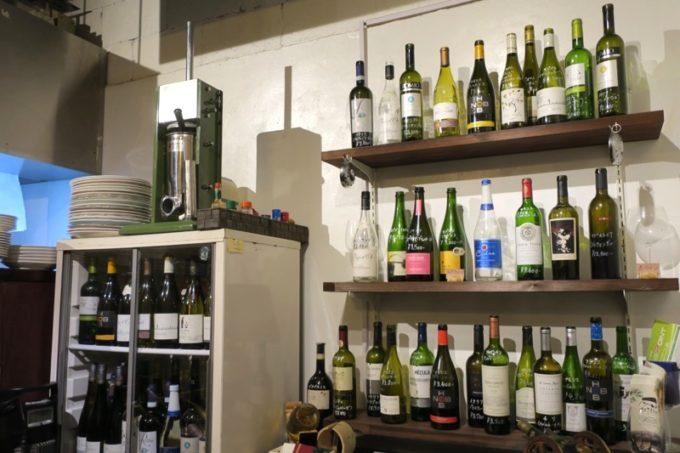 店内にあるワイン棚。ボトルワインも安い。