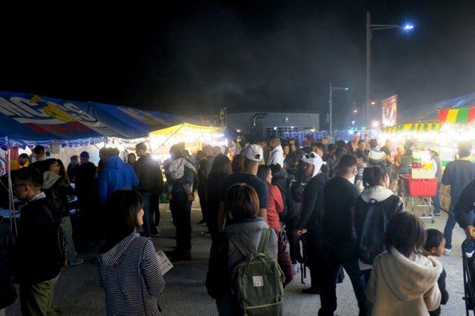 夜間も賑わう「キャンプキンザーフェスティバル」のフードコーナー。