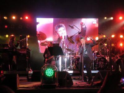"""「キャンプキンザーフェスティバル」で歌うHIROTO """"JJ"""" ARASAKIとベースのChris"""