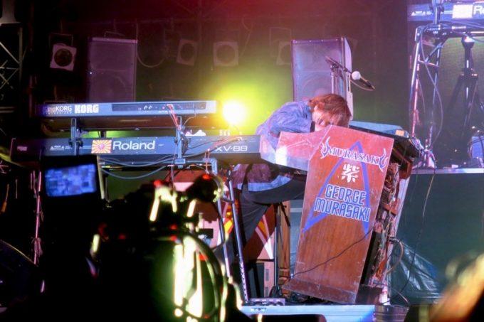「キャンプキンザーフェスティバル」のライブで演奏するジョージ紫(紫 MURASAKI)