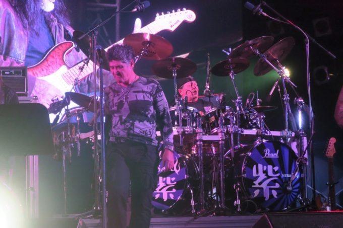 """「キャンプキンザーフェスティバル」のライブで演奏するドラムボーカルのChibiとボーカルのHIROTO """"JJ"""" ARASAKI"""