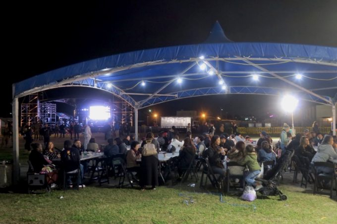 飲食ができる大型テントが設置されている。
