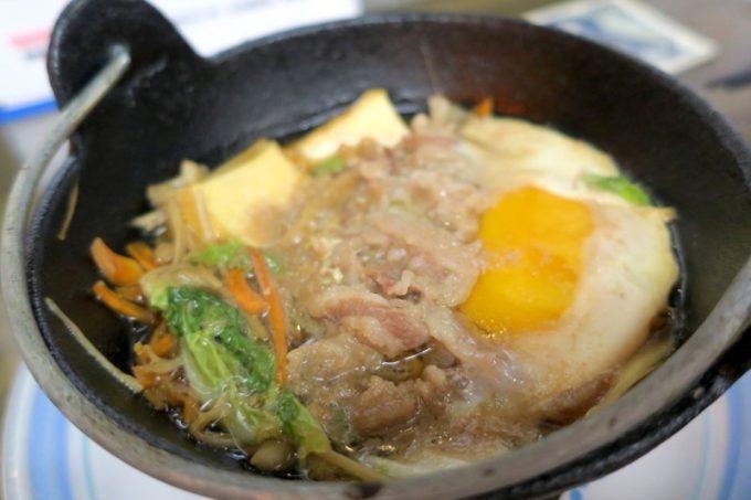 那覇「知花冷凍食品」の黒毛和牛すきやき(550円)