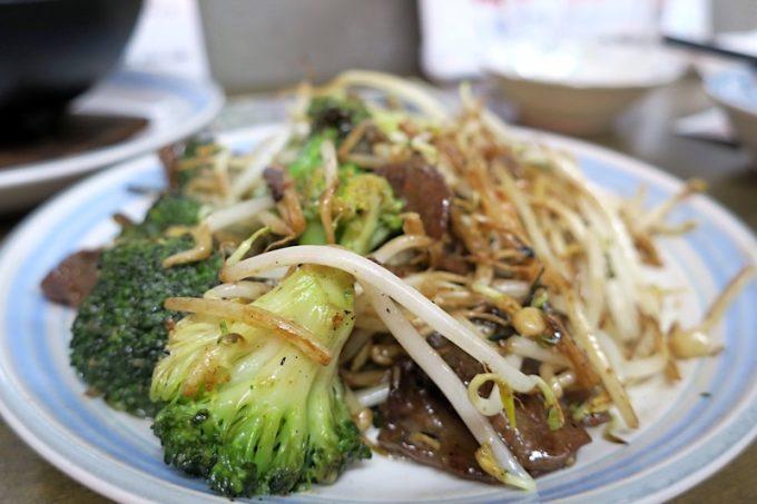 那覇「知花冷凍食品」の牛舌とブロッコリー味噌炒め(500円)