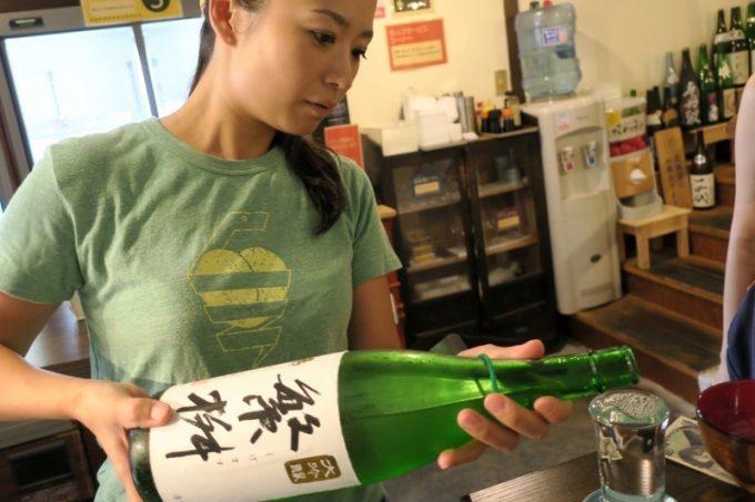 日本酒はセルフサービス。1杯3〜5コインだ。