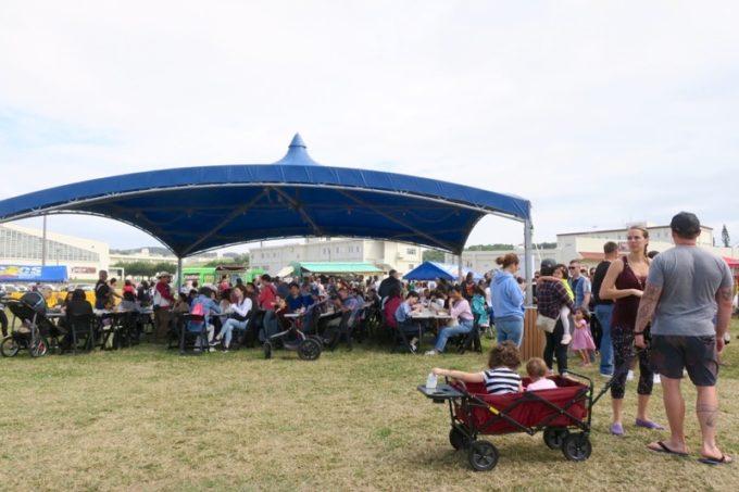 「フードトラックフェア(Food Truck Fair)」では、大きなテントで食事や休憩できる。