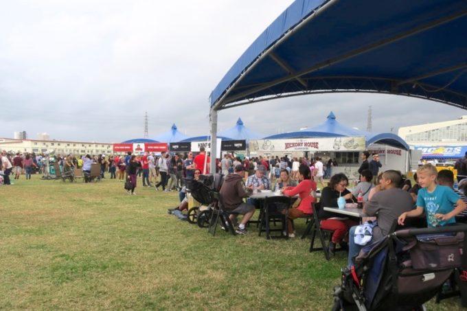 「フードトラックフェア(Food Truck Fair)」の大きなテントと出店ブース。