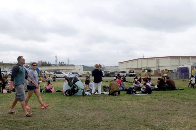 「フードトラックフェア(Food Truck Fair)」が行われたキャンプフォスターは広く、持参したレジャーシートでピクニック気分が楽しめる。