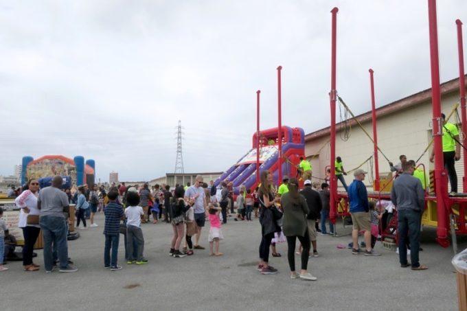 「フードトラックフェア(Food Truck Fair)」のミニファンランドで遊ぶ子供たち(その1)