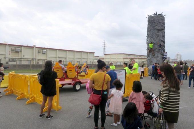 「フードトラックフェア(Food Truck Fair)」のミニファンランドで遊ぶ子供たち(その2)