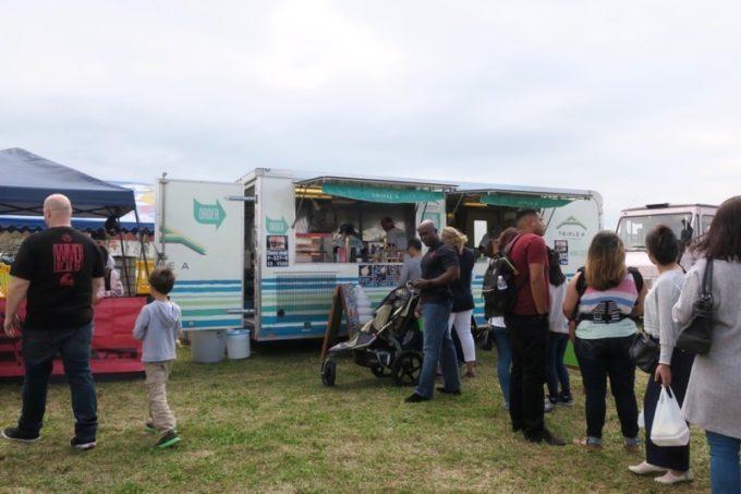 「フードトラックフェア(Food Truck Fair)」にあったハンバーガーやドリンクのの移動販売車。