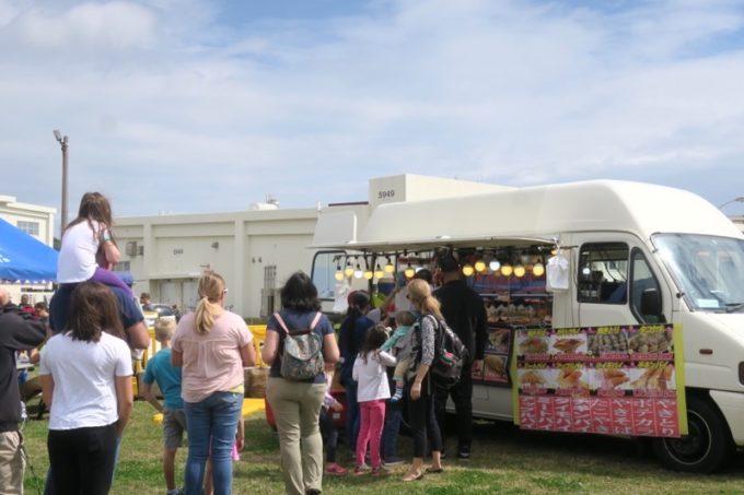 「フードトラックフェア(Food Truck Fair)」にあったアップルパイやたこ焼きなどの移動販売車。