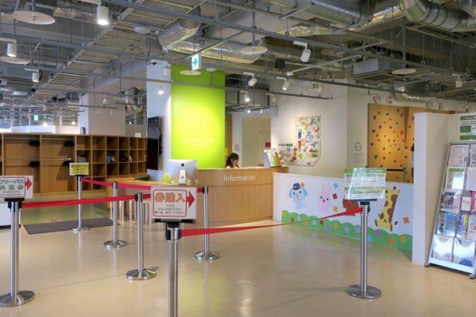 キラリス函館4階にある室内遊び場「はこだてキッズプラザ」の入り口。