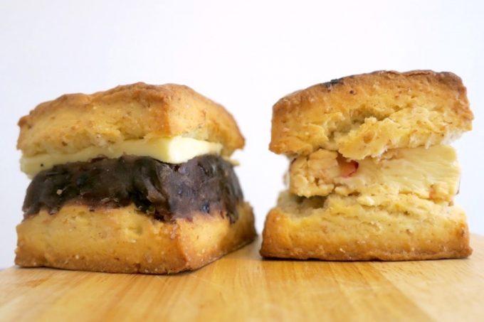 「hoppepan(ほっぺパン)」のあんことバターのスコーンサンド(160円)と、ザクザクスコーンのクリームチーズサンド(160円)