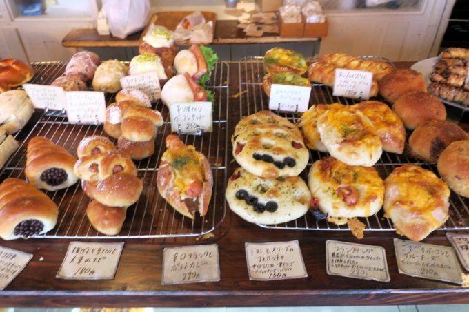 いろんな種類のパンがギュギュッと並べられている。