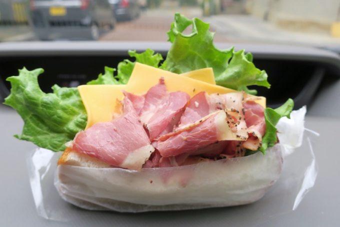 宜野湾「hoppepan(ほっぺパン)」のパストラミビーフとチェダーチーズのサンド(250円)