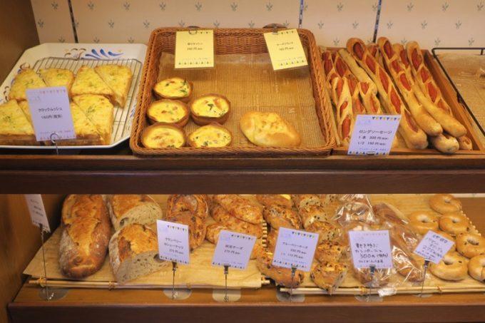 「いまいパン 古島店」のパン棚にはソフト系、ハード系様々なパンが並ぶ。