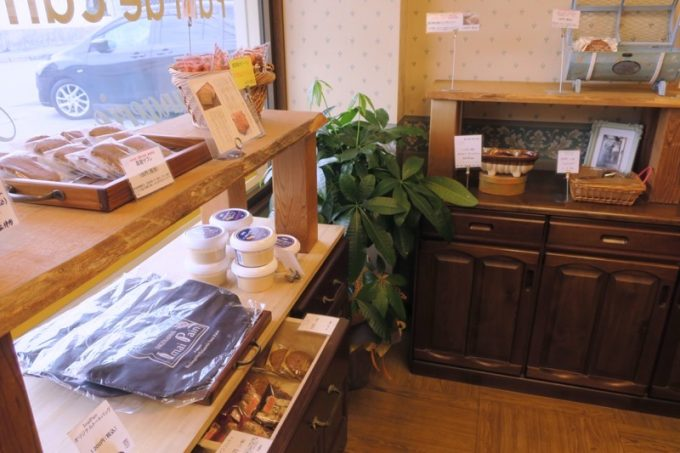 「いまいパン 古島店」では焼き菓子やグッズも販売している。