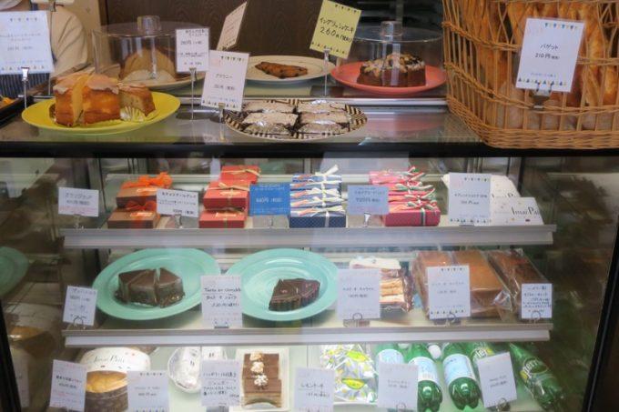 「いまいパン 古島店」の冷蔵ケースにならぶケーキやチョコレート類。