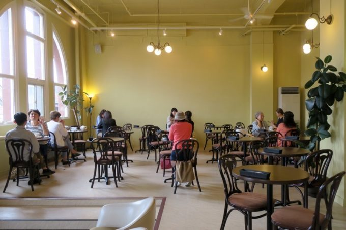 「Cafe&Deli MARUSEN(マルセン)」の店内。