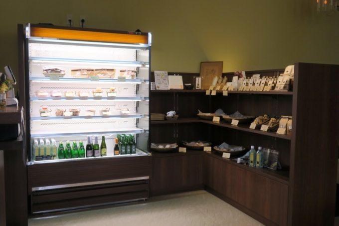 マルセンでは店内でパンを焼き上げている。