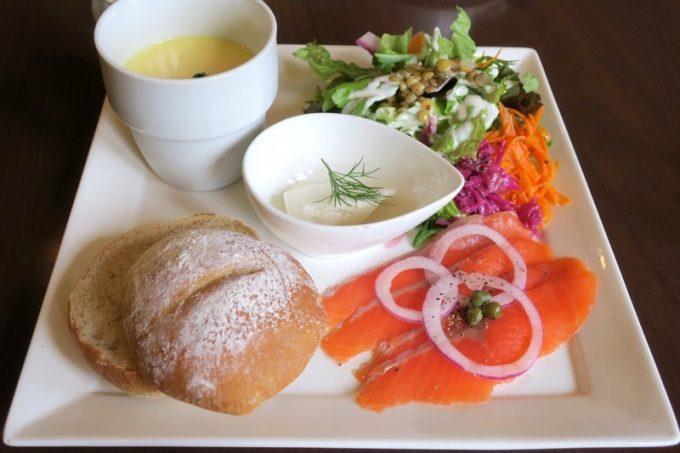 函館「Cafe&Deli MARUSEN(マルセン)」で食べた、スモークサーモンのオープンサンド(950円)