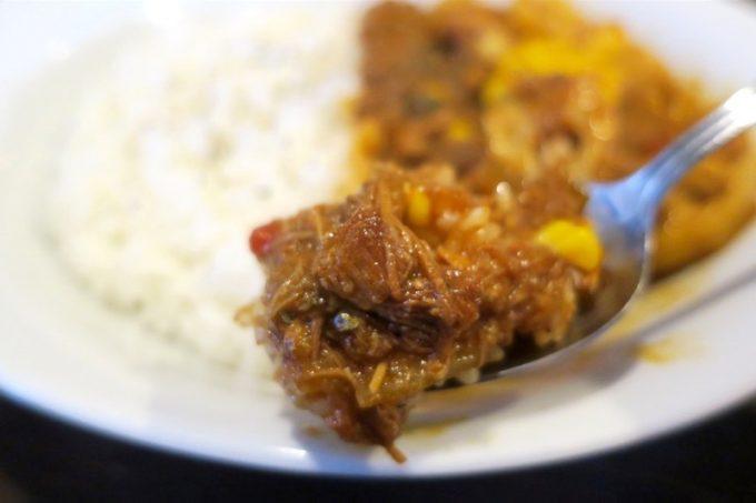 カリスカレーは鶏もも肉、たまねぎ、トマト、にんにく、しょうがを煮込み、スパイスとソースで仕上げた無水カレーだ。