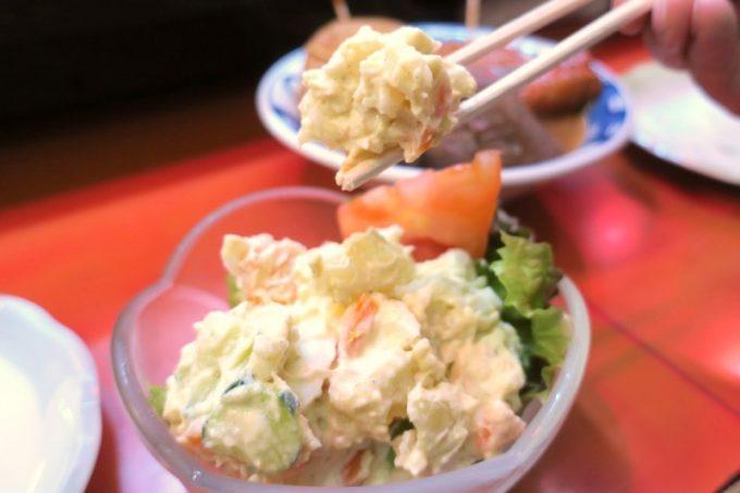 広島「直ちゃん本店」のポテトサラダ。