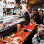 広島「直ちゃん本店」は、カウンター席だけの小さなお店だ。