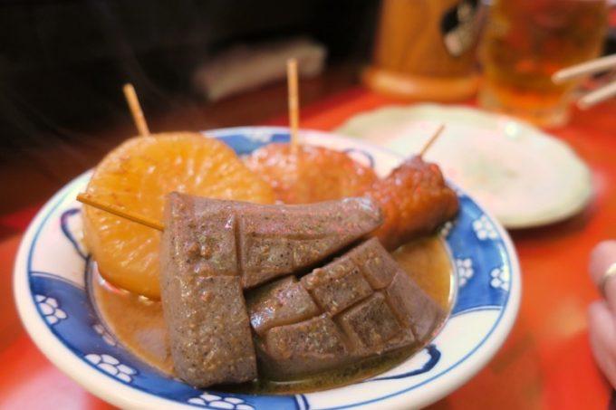 広島「直ちゃん本店」のおでん盛り合わせ。