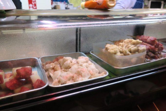 カウンターの冷蔵ケースには串物が並ぶ。