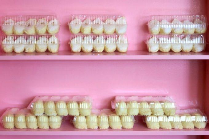 ピンク色の棚にはずらりといなり寿司。