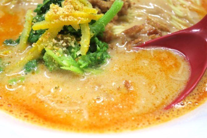 烈火担々麺のスープ色がオレンジ!